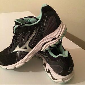 Mizuno Women's Wave Inspire 14 Runners size 8.5